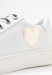 Love Moschino - EXCLUSIVE  - Sneakersy niskie - bianco - 2