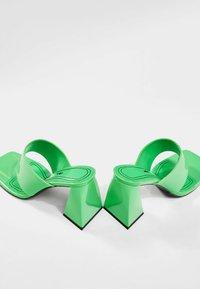 Bershka - Sandály s odděleným palcem - green - 3