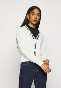 Tommy Jeans - BRANDED NECK CARDIGAN - Cardigan - snow white - 5