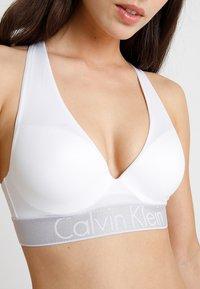 Calvin Klein Underwear - PLUNGE PUSH UP - Stroppeløs-BH - white - 5