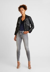 ONLY - ONLBLUSH - Vaqueros pitillo - grey denim - 1