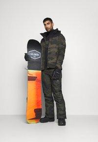 Brunotti - BARRY MENS SOFTSHELLJACKET - Snowboardová bunda - pine grey - 1