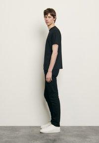 sandro - SOLID TEE UNISEX - Basic T-shirt - noir - 1