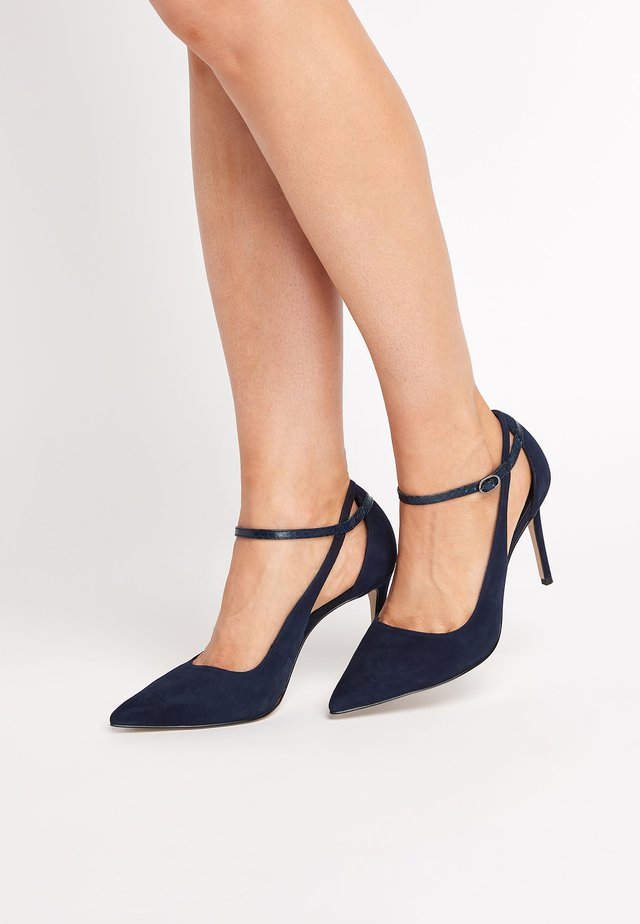 SIGNATURE CUT-OUT COURT SHOES - High heels - blue