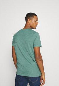 Burton Menswear London - SHORT SLEEVE V NECK 3 PACK - Basic T-shirt - navy/light grey - 2