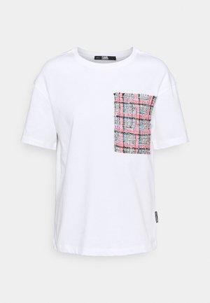 BOUCLE POCKE - Print T-shirt - white