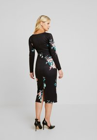 True Violet Maternity - PLUNGE FRONT TIE BODYCON - Kotelomekko - red floral - 2