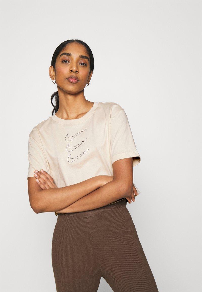 Nike Sportswear - TEE CROP - T-Shirt print - oatmeal