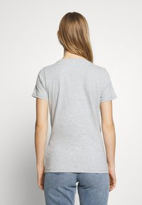 Tommy Jeans - METALLIC LOGO TEE - T-shirts med print - grey - 2