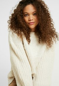 Dorothy Perkins Petite - CABLE YOKE JUMPER - Strickpullover - cream - 3