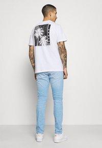 Wrangler - LARSTON - Jeans Skinny Fit - hot shot - 2