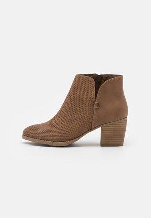 LUCILLE - Ankle boots - cognac