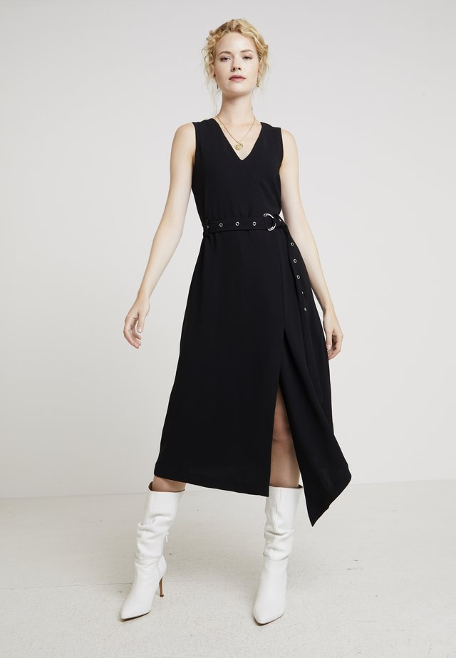 MATTE CREPE BELTED DRESS - Denní šaty - rich black