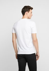 Calvin Klein Jeans - ESSENTIAL SLIM TEE - Basic T-shirt - bright white