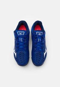 Mizuno - WAVE EXCEED TOUR 4 CC - Tenisové boty na antuku - reflex blue/white/diva pink - 3