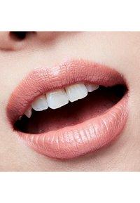 MAC - AMPLIFIED CRÈME LIPSTICK - Lippenstift - half 'n half - 3