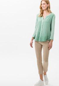 BRAX - STYLE CARO  - Slim fit jeans - sand - 1