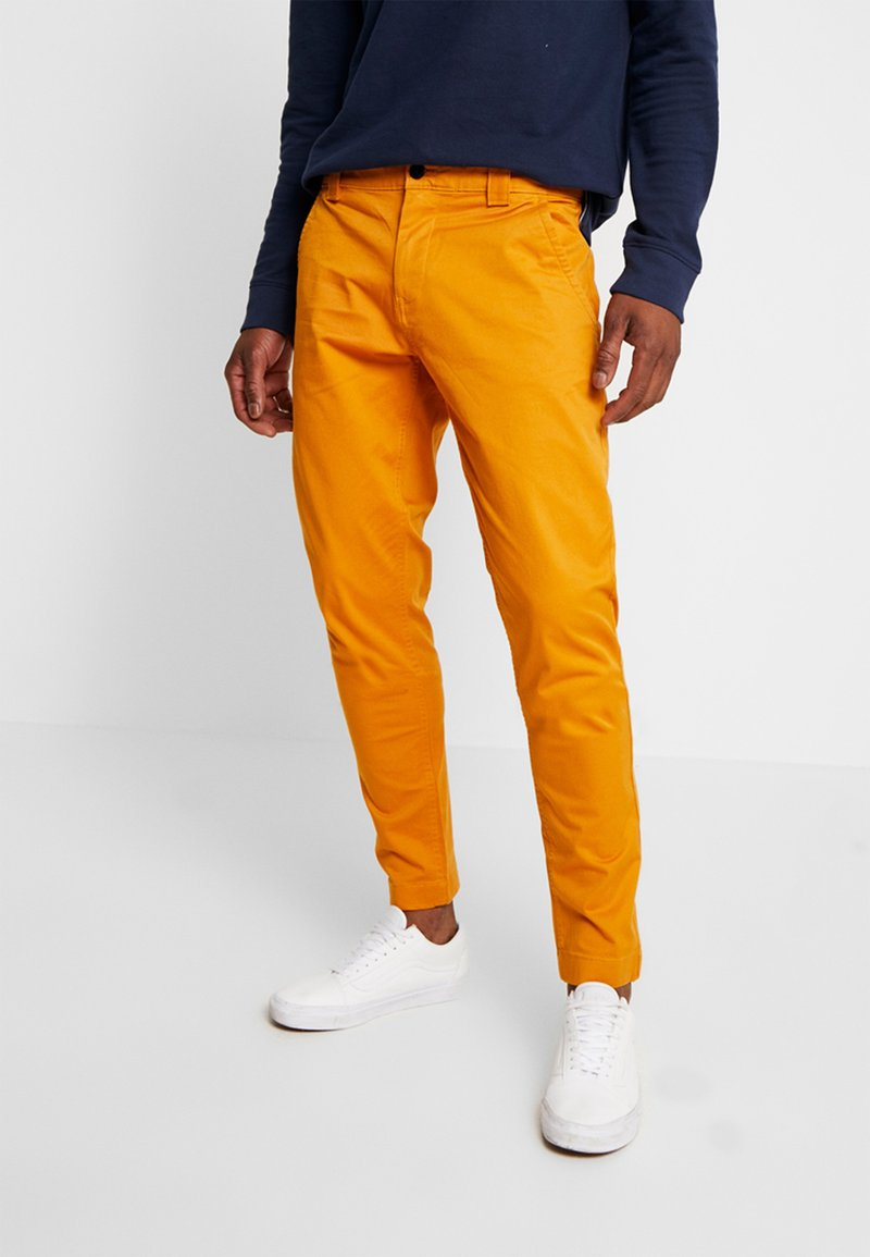 Tommy Jeans - SCANTON PANT - Chinot - inca gold