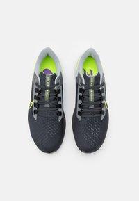 Nike Performance - AIR ZOOM PEGASUS 38 - Neutrala löparskor - grey/volt - 3