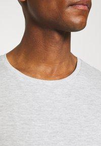 Pier One - 5 PACK - T-shirt basic - black/white/light grey - 6