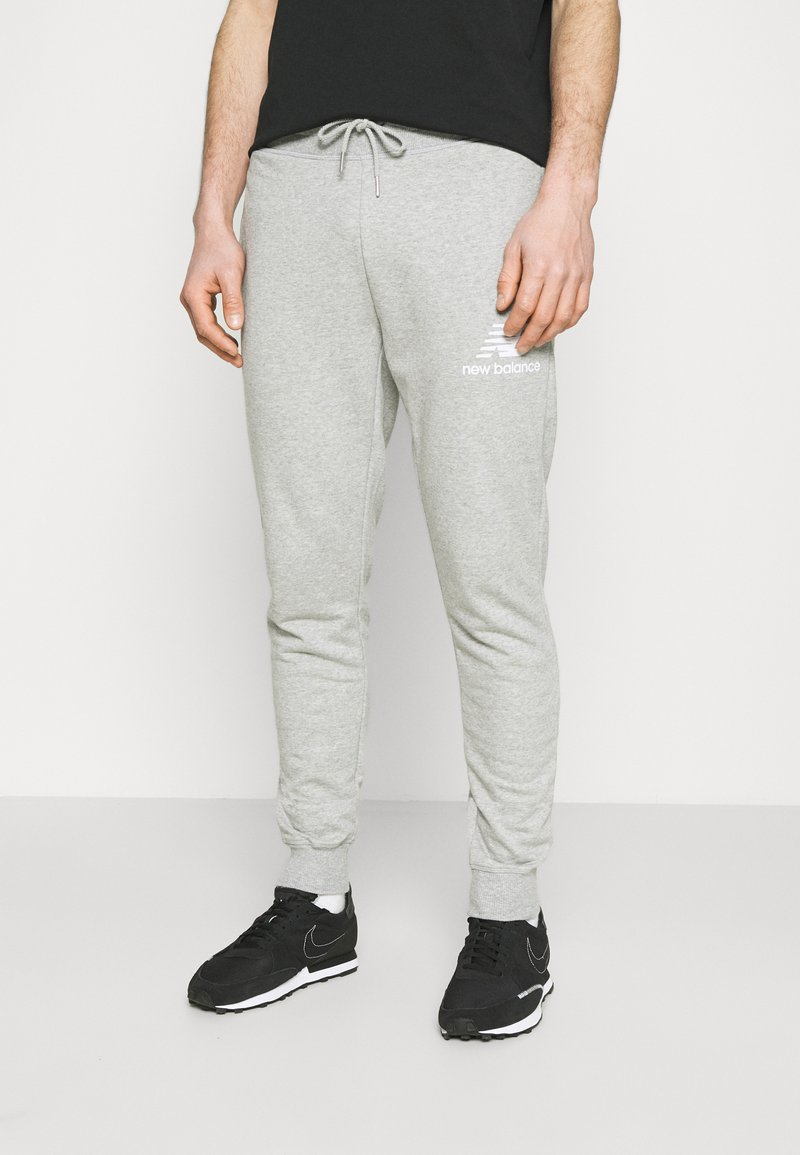 New Balance - ESSENTIAL STACK LOGO  - Tracksuit bottoms - athletic grey