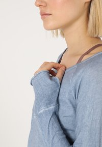 Yogasearcher - KARANI - Long sleeved top - chambray - 4