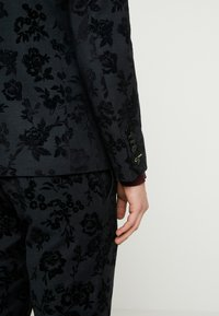 Twisted Tailor - KATRIN SUIT FLORAL FLOCK - Completo - charcoal - 7