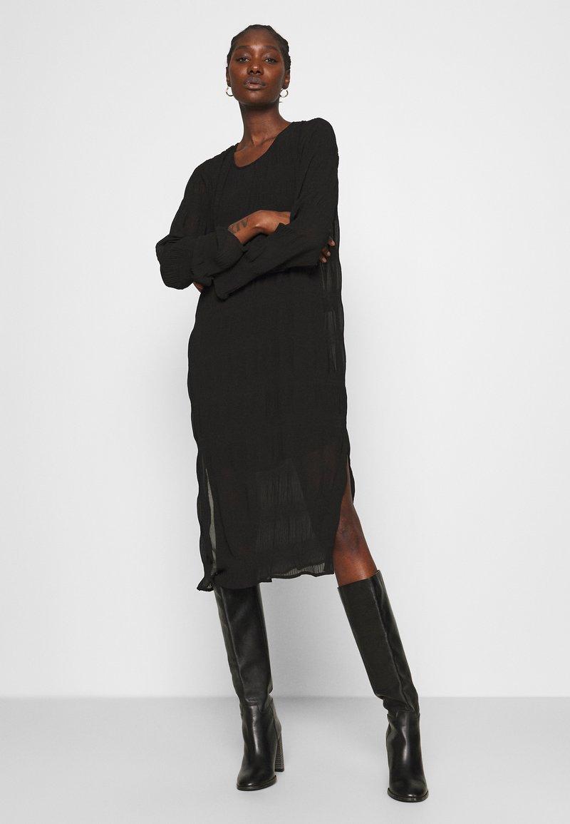 JUST FEMALE - KIFI DRESS - Denní šaty - black