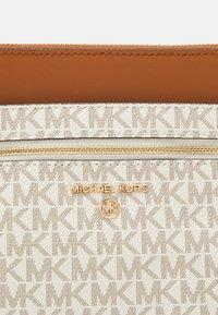 MICHAEL Michael Kors - JET CHARM FLAT XBODY - Taška spříčným popruhem - vanilla - 5