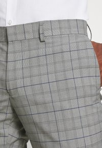 Isaac Dewhirst - THE FASHION SUIT PIECE CHECK - Completo - grey - 9