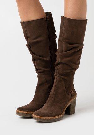HAYA - Kozačky na vysokém podpatku - brown