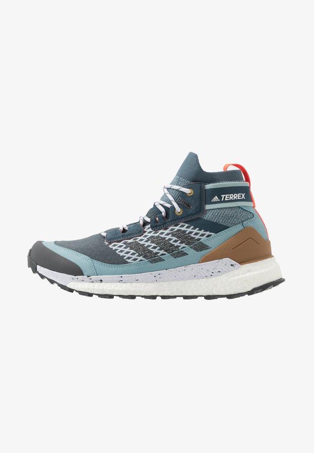 FREE HIKER BOOST PRIMEKNIT SHOES - Chaussures de marche - legend blue/solid grey/ash grey