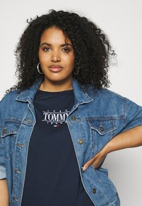 Tommy Jeans Curve - ESSENTIAL LOGO TEE - Print T-shirt - twilight navy - 3