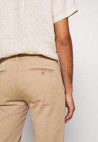 Bruuns Bazaar - DENNIS JOHANSEN PANT - Chino - roasted grey khaki - 5