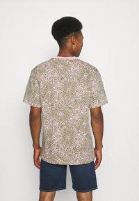 Karl Kani - UNISEX RETRO PAISLEY TEE - Print T-shirt - rose - 2