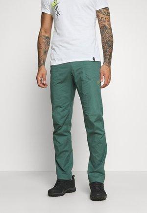 ROOTS PANT  - Trousers - pine/kiwi