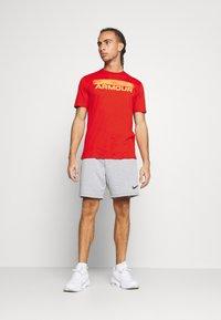 Under Armour - BLURRY LOGO WORDMARK  - T-shirts print - rich orange - 1