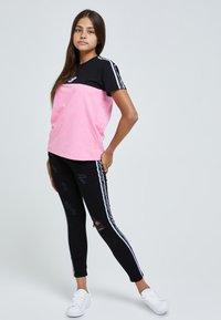 Illusive London Juniors - T-shirt print - black & pink - 4