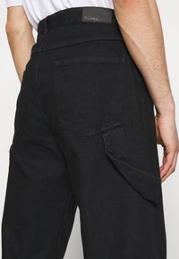 NU-IN - MARCUS BUTLER CARPENTER WIDE LEG - Straight leg jeans - black - 5
