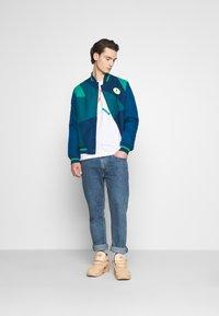 Jordan - CREW - Maglietta a manica lunga - white/hot punch/barely volt - 1