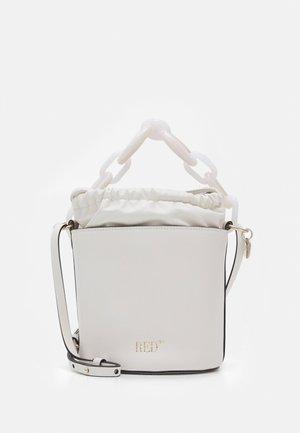 BUCKET BAG - Handväska - latte