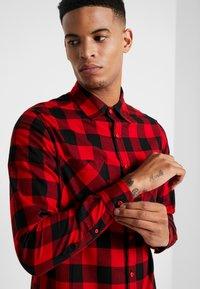 Urban Classics - CHECKED - Shirt - black/red - 5