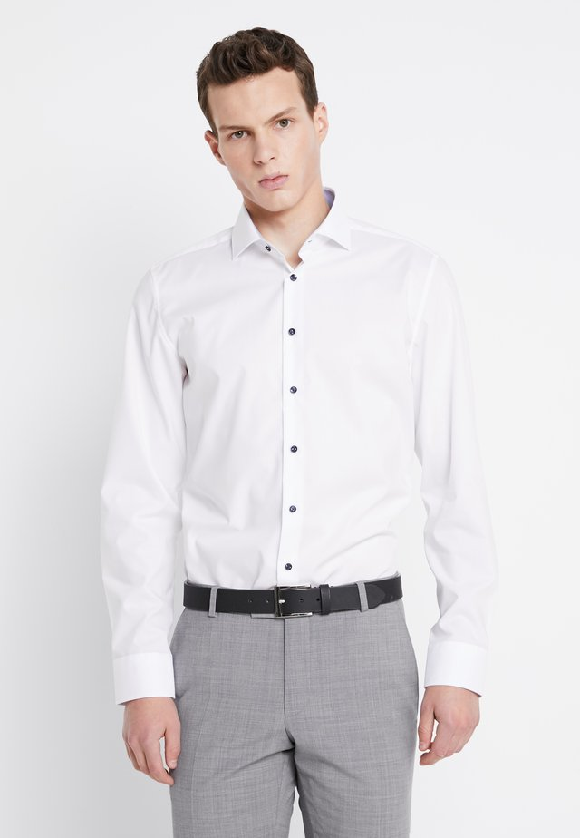 SLIM SPREAD PATCH - Kostymskjorta - weiß/hellblau