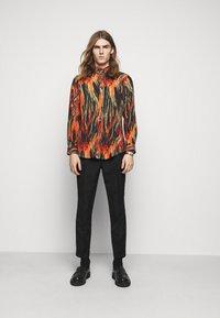 Vivienne Westwood - BUTTON KRALL - Shirt - black/orange/olive - 1