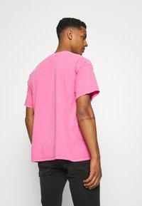 Vintage Supply - OVERDYE BRANDED TEE - T-shirt z nadrukiem - pink - 2