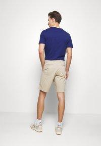 GAP - IN SOLID - Shorts - iconic khaki - 2