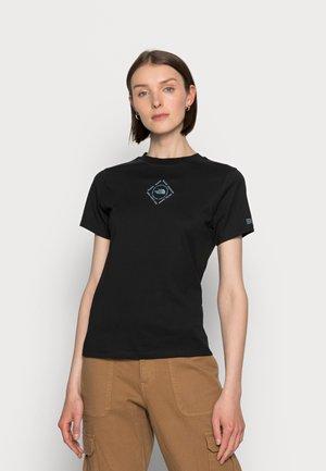 HIMALAYAN BOTTLE SOURCE TEE - Print T-shirt - black