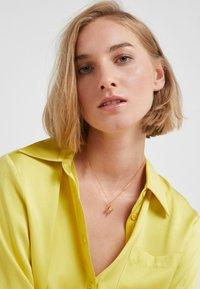 Vibe Harsløf - NECKLACE BALLOON LETTER PENDANT H - Ketting - gold-coloured - 1