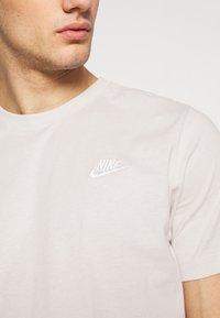 Nike Sportswear - CLUB TEE - T-shirt - bas - light bone/(white) - 5