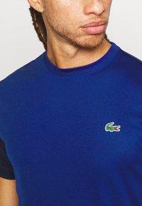 Lacoste Sport - TENNIS - Camiseta estampada - cosmic/navy blue - 5